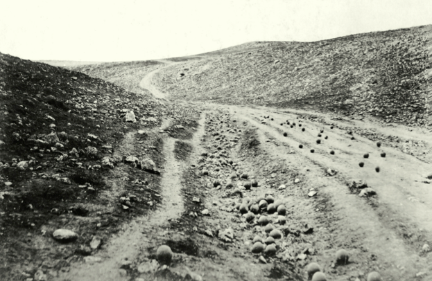 The Valley of the Shadow of Death. Roger Fenton (1835). Cannonballs left on a battlefield during the Crimean War �